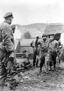https://commons.wikimedia.org/wiki/File:Bundesarchiv_Bild_183-J28619,_Ardennenoffensive,_gefangene_Amerikaner.jpg